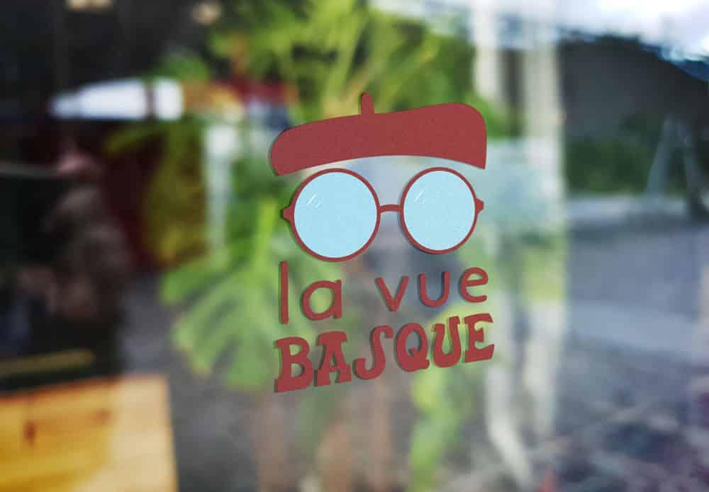 Logo lunetier opticien apposé sur la vitrine